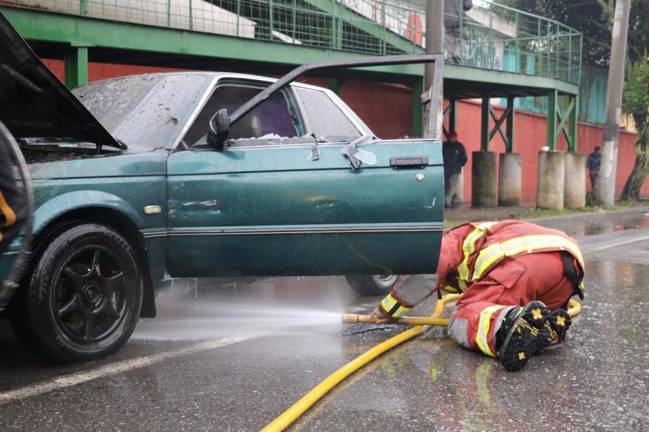 El dueño del vehículo no se había percatado que el vehículo se encontraba en llamas. (Foto: Bomberos Municipales)