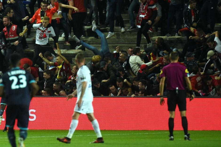 Todo inició cuando los aficionados festejaban el gol del Lille. (Foto: AFP)