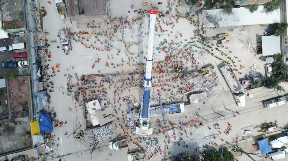 Miles de socorristas continúan trabajando en la capital mexicana. (Foto: Santiago Arau)