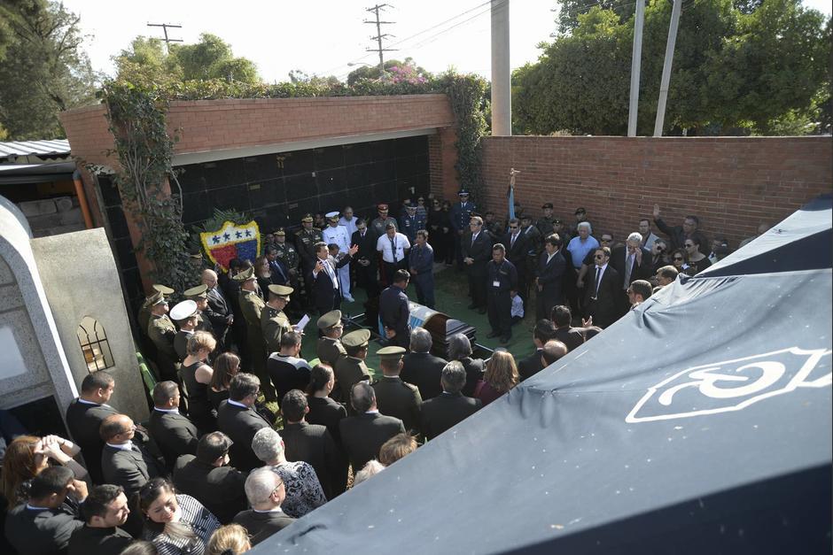El exjefe de Estado Efraín Ríos Montt fue sepultado en el cementerio La Villa en la zona 14. (Foto: Wilder López/Soy502)
