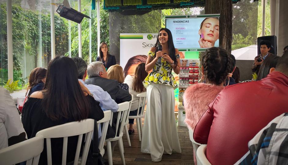 Cristina Sales, gerente de marca Garnier, dio a conocer los nuevos productos Skin Active. (Foto: Soy502)