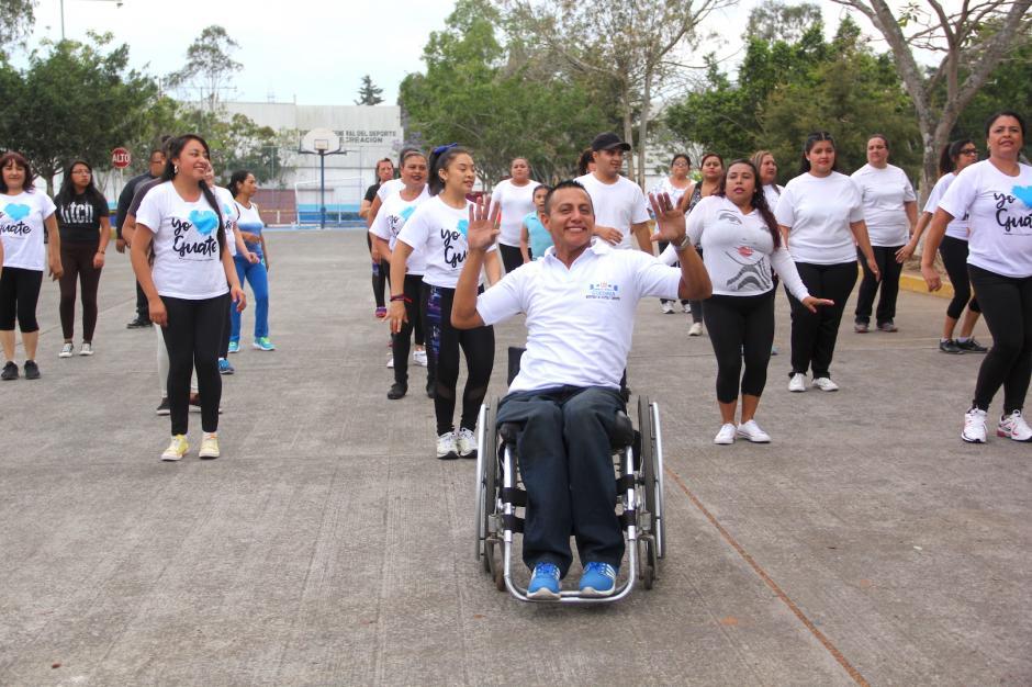 Víctor tiene un carisma que te invita a unirte a su grupo de baile. (Foto: Fredy Hernández/Soy502)