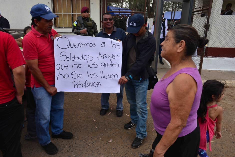 Varios vecinos pidieron que no se marcharan los militares. (Foto: Jesús Alfonso/Soy502)