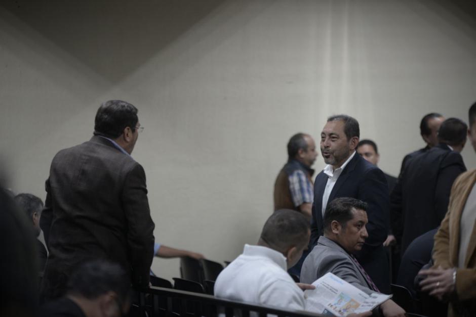 Mauricio López Bonilla fue trasladado por el Sistema Penitenciario  y conversó con el exministro de la Defensa, Ulises Noé Anzueto. (Foto: Wilder López/Soy502)