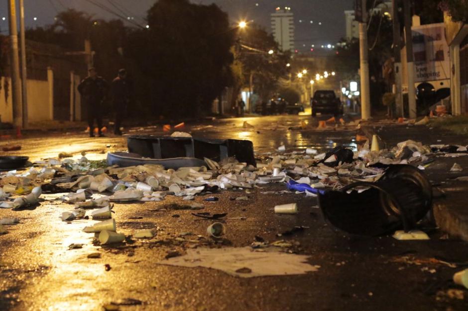 Los inconformes causaron destrozos en las afueras del anexo al Hogar Virgen de la Asunción. (Foto: Alejandro Balán/Soy502)