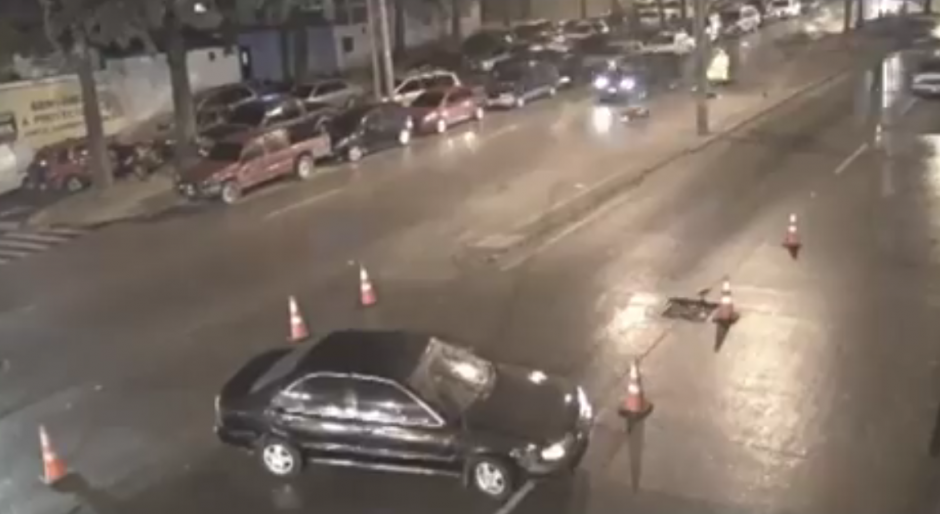El conductor no se percató de que atrás pasaría un motorista. (Foto: captura de video)
