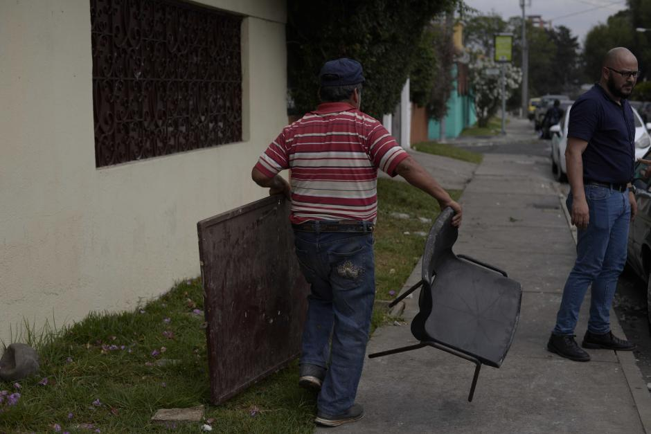 Empleados de Bienestar Social retiraron los objetos destrozados.  (Foto: Wilder López/Soy502)