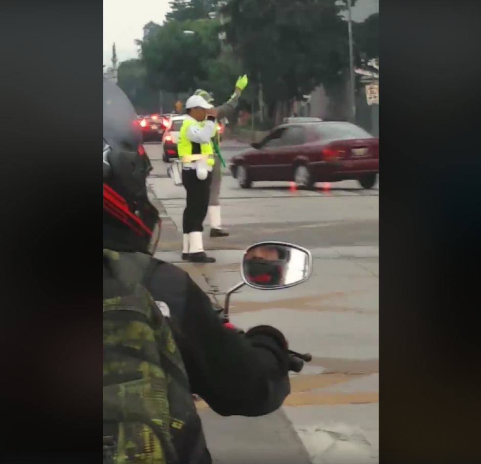 Video de agentes de la PMT que no dan vía a una ambulancia genera polémica en redes sociales. (Foto: Captura de video)