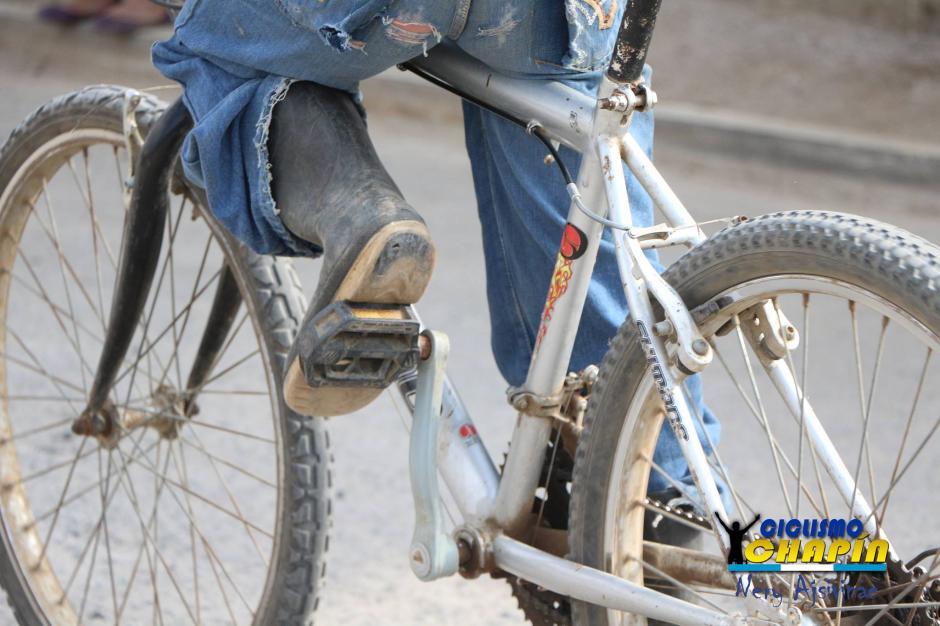Nada pudo impedir que Edgar compitiera en la carrera de ciclismo infantil.  (Foto: Nery Ajsivinac)