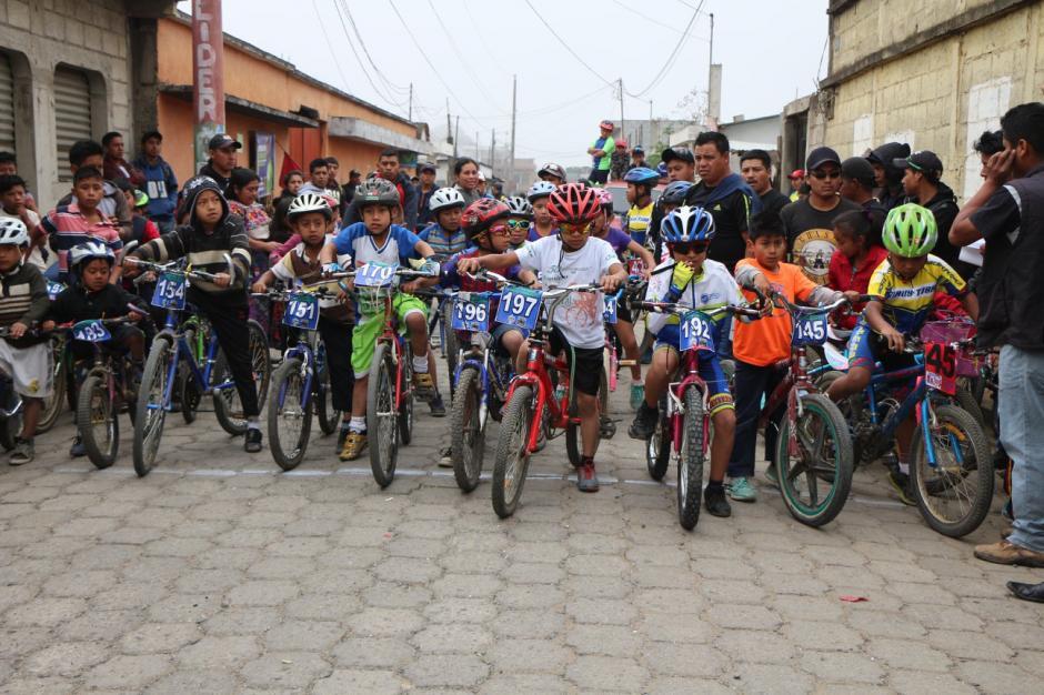 6 niños de diversas edades compietiron en segunda edición de ciclismo. Foto: Nery Ajsivinac)