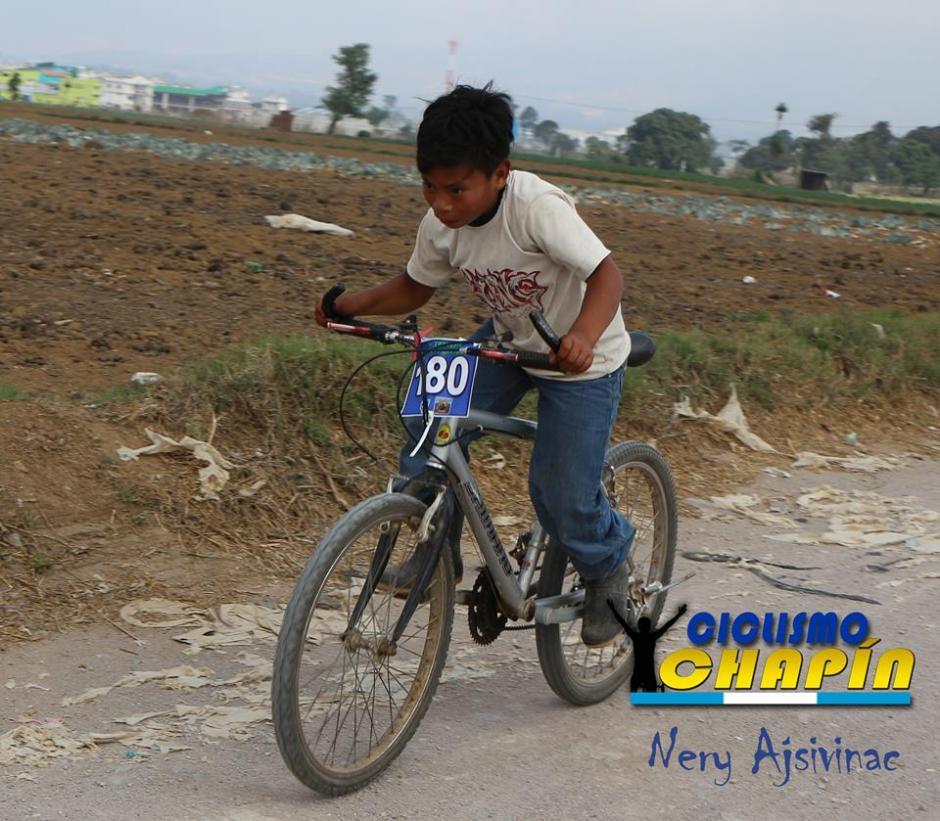 Edgar Estuardo Buch de 11 años compitió con botas de hule y bicicleta de adulto. (Foto: Nery Ajsivinac)