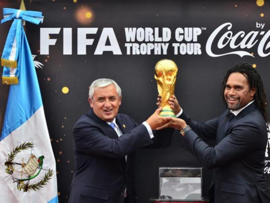 Otto Pérez recibió y alzó la Copa Mundial de la FIFA en 2014. (Foto: Luis Barrios/Soy502)