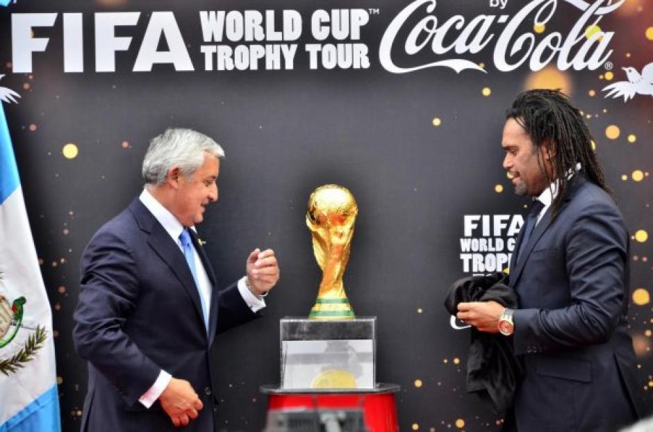Pérez Molina, junto al exfutbolista francés Christian Karembeu. (Foto: Luis Barrios/Soy502)