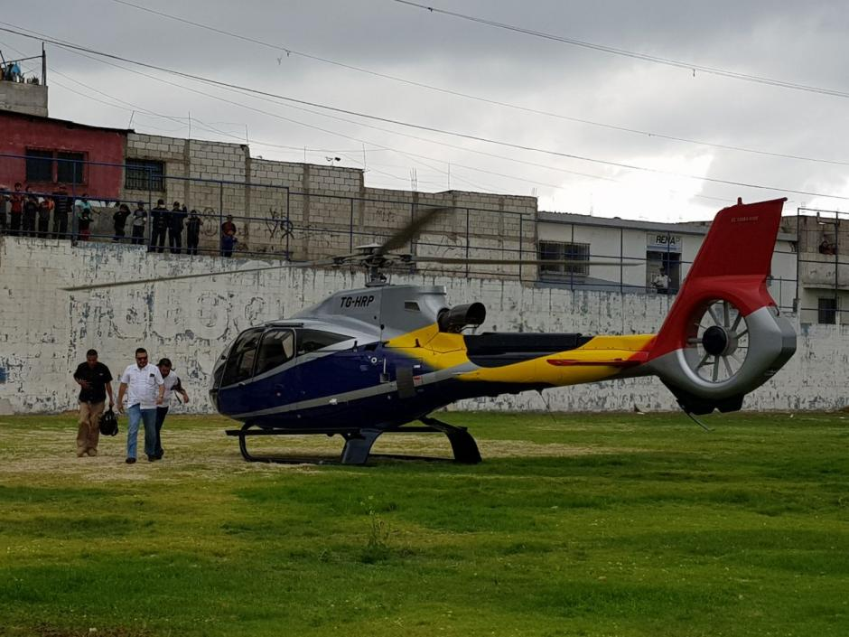 Alfonso Alonzo aterrizó sobre las 16:00 en el estadio de Santiago Sacatepéquez. (Foto: El Gráfico de Sacatepéquez)