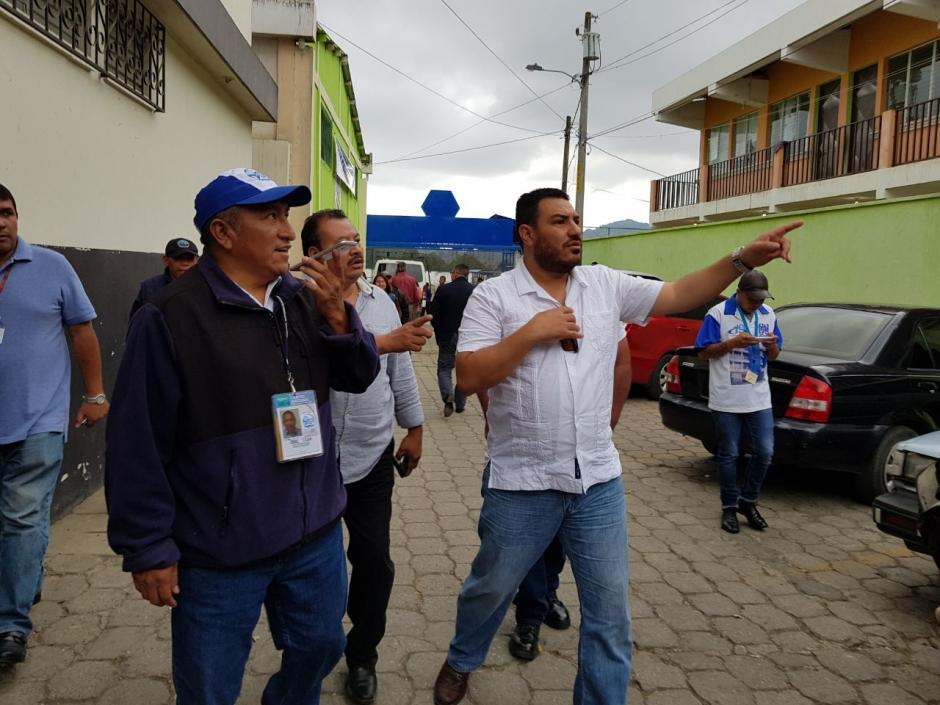 Varios medios se acercaron al funcionario de camino a la mesa de votación. (Foto: El Gráfico de Sacatepéquez)