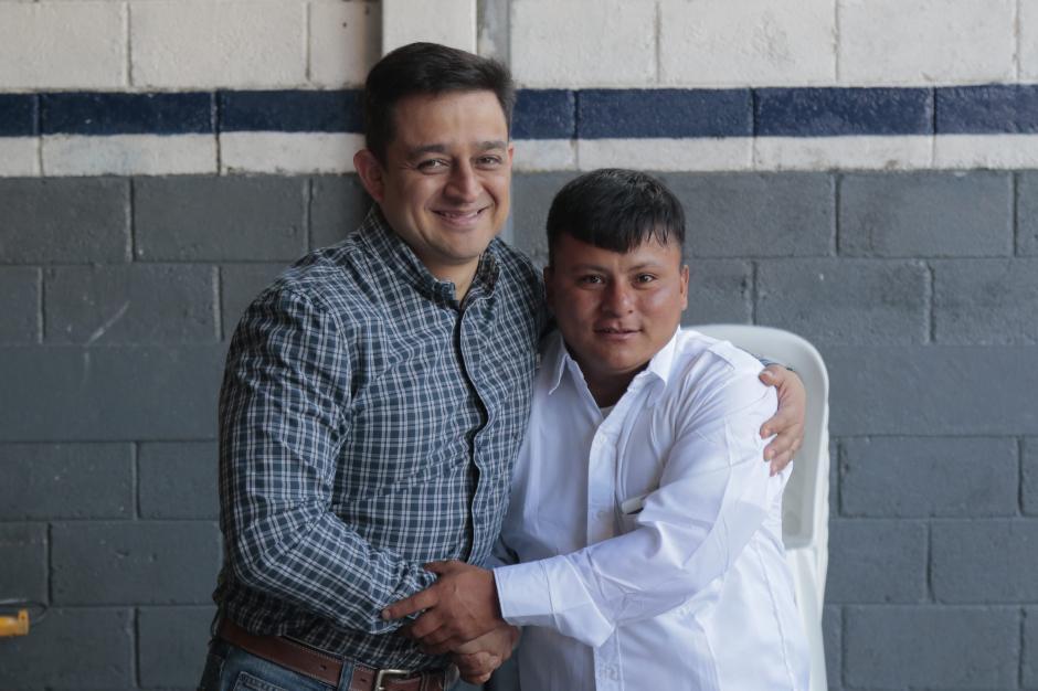 Pedro Manuel abraza a Edgar Lara, quien subió a Facebook el video que hizo viral a su amigo. (Foto: Alejandro Balán/Soy502)