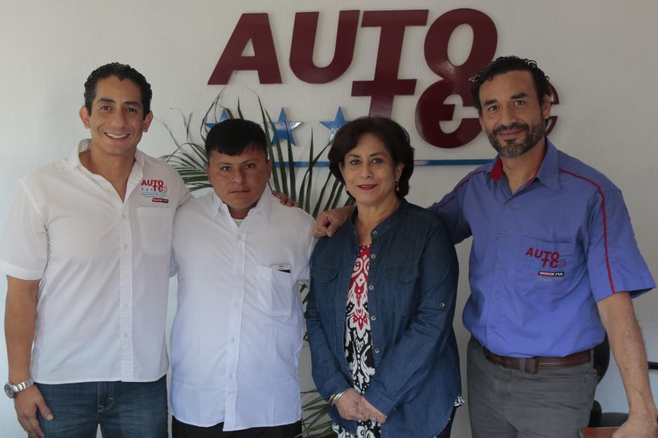 Pedro, junto a sus jefes del antiguo trabajo, quienes le desearon éxitos en su nuevo proyecto. (Foto: Alejandro Balán/Soy502)