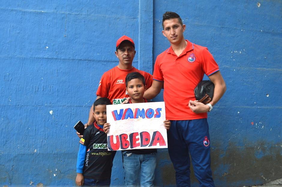 Abner Úbeda comparte con el pequeño Jeshua Damián y su familia. (Foto: Rudy Martínez/Soy502)