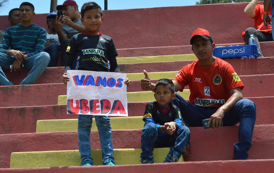 La familia Damián llegó al estadio del Trébol para apoyar a Abner Úbeda. (Foto: Rudy Martínez/Soy502)