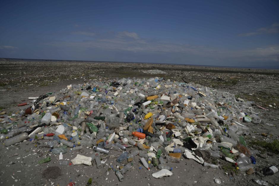 Miles de toneladas de plástico llegan a las playas del país. (Foto: Archivo/Soy502)