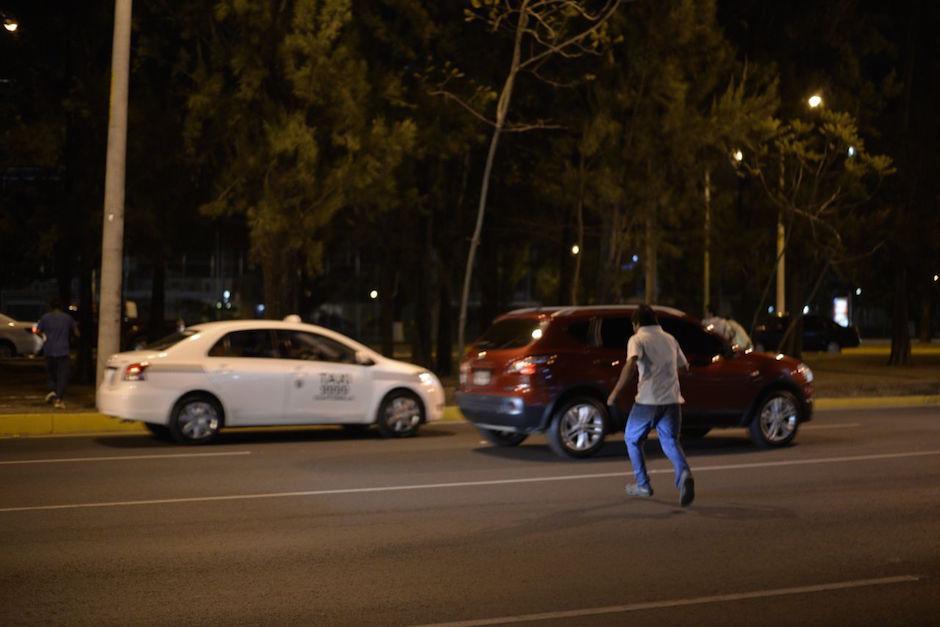 Uno de los adolescentes escapa por el Bulevar Vista Hermosa. (Foto: Wilder López)