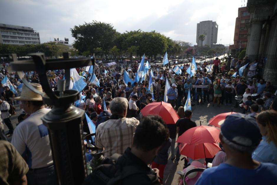 Decenas de personas manifestaron en la plaza. (Foto: Wilder López/Soy502)