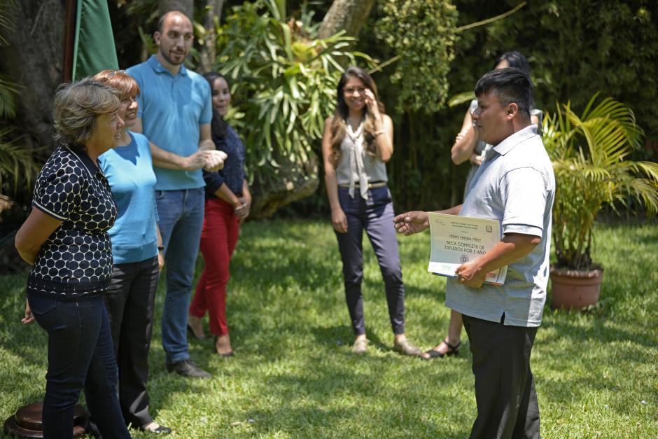 Pedro agradeció a todo el personal del instituto la bienvenida. (Foto: Wilder López/Soy502)