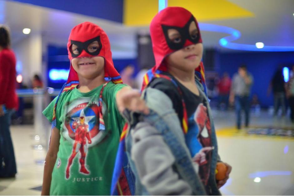 Varios niños fueron al cine con insignias de los personajes. (Foto: Jesús Alfonso/Soy502)