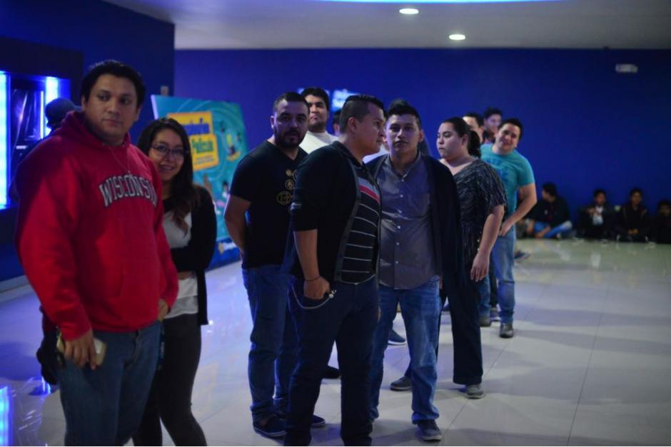 En grupos de amigos y familia, así acudieron al cine los guatemaltecos. (Foto: Jesús Alfonso/Soy502)