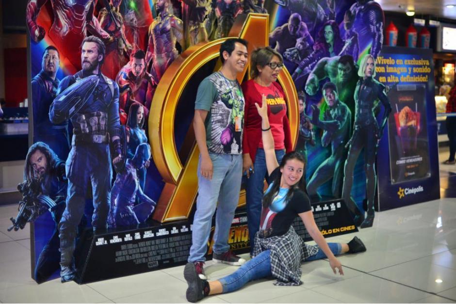 Muchos se tomaron fotografías con los afiches de la cinta. (Foto: Jesús Alfonso/Soy502)