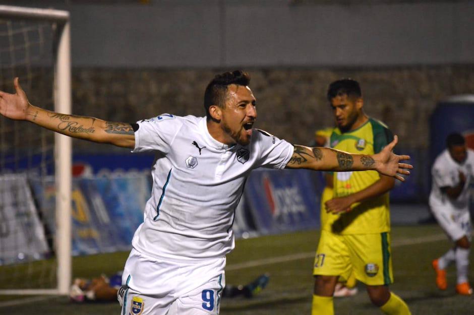 El mexicano Abraham Carreño festeja su segundo gol con Comunicaciones. (Foto: Luis Barrios/Soy502)