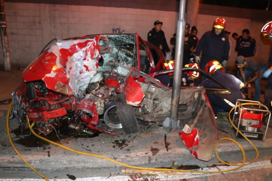 Los paramédicos lograron extraer con vida al conductor. (Foto: Bomberos Municipales)