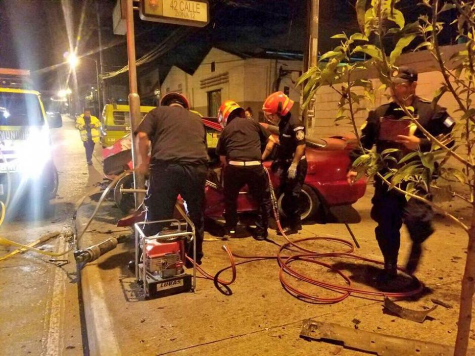 Con equipo hidráulico, los paramédicos lograron abrir el carro. (Foto: Bomberos Municipales)