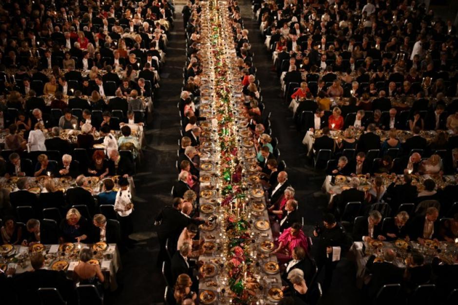 Mesero pasa bochornoso momento en cena del Premio Nobel — Suecia