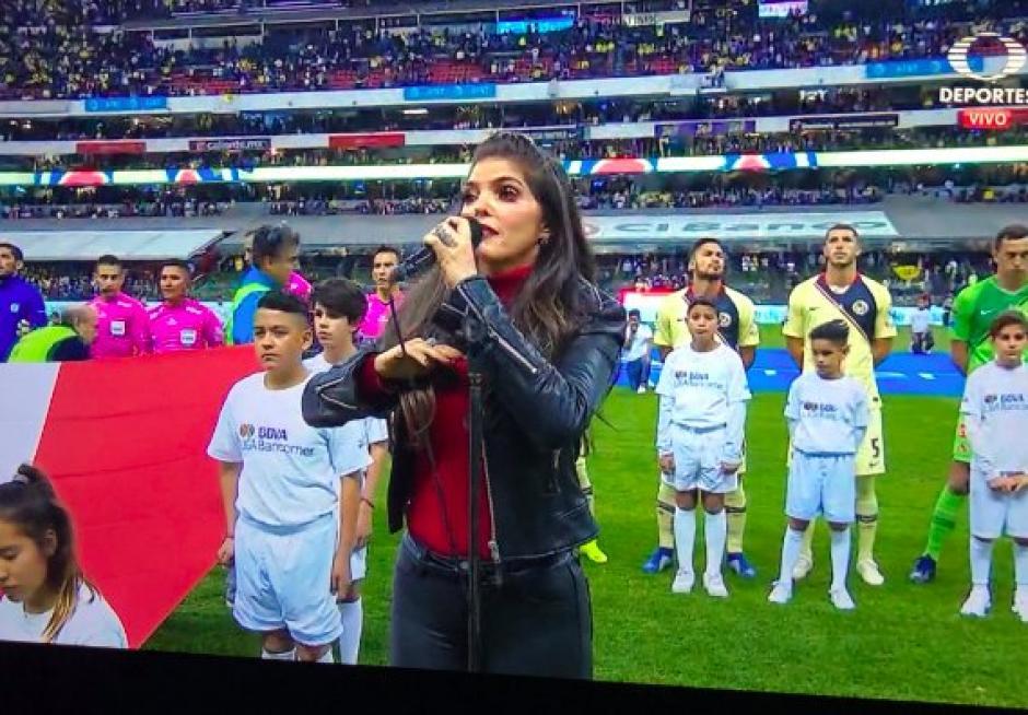 Ana Bárbara cantó el Himno Nacional y desató los memes