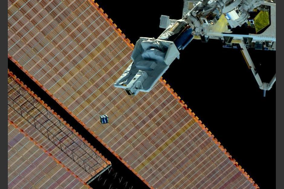 Un CubeSat siendo lanzado desde la Estación Espacial Internacional. (Foto: UNOOSA)