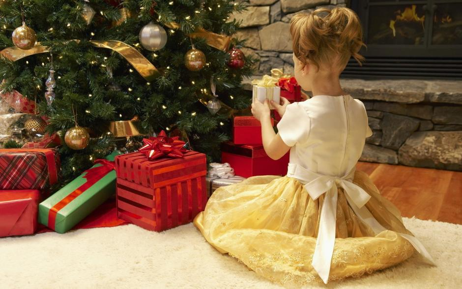 Antes de morir, deja regalos para las siguientes 14 navidades de su pequeña vecina