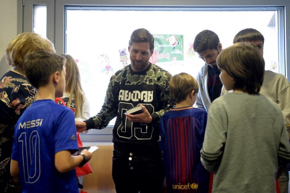 Posteriormente, los jugadores visitaron varios hospitales para llevar sonrisas a los niños. (Foto: AFP)