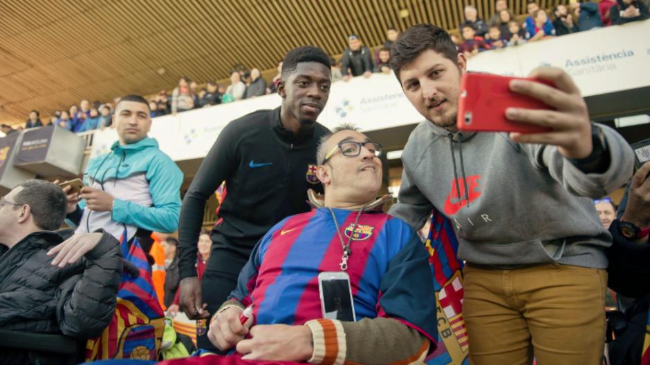El gesto ha sido agradecido por los seguidores del Barcelona que estaban en las gradas. (Foto: FC Barcelona)