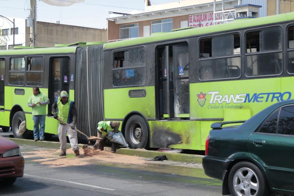 Personal de la Municipalidad de Guatemalta trabajó en la limpieza del lugar. (Foto: Alejandro Balán/Soy502)