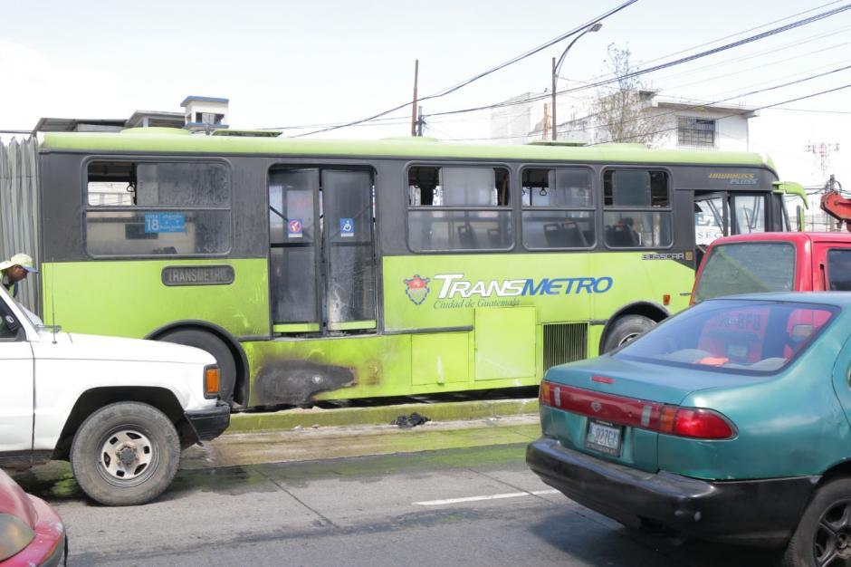 Los pasajeros y el piloto resultaron ilesos tras el incendio en la Avenida Bolívar. (Foto: Alejandro Balán/Soy502)