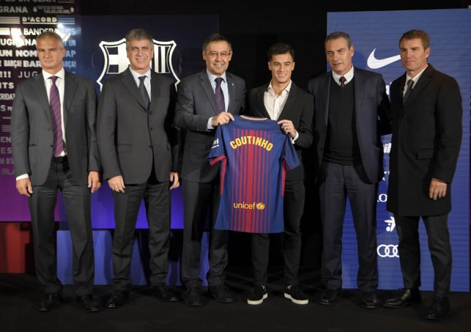 Coutinho lució sus nuevos colores con la directiva catalana. (Foto: AFP)