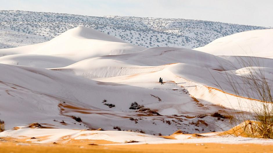 Las dunas quedaron cubiertas por la nieve. (Foto: Karim Bouchetata)