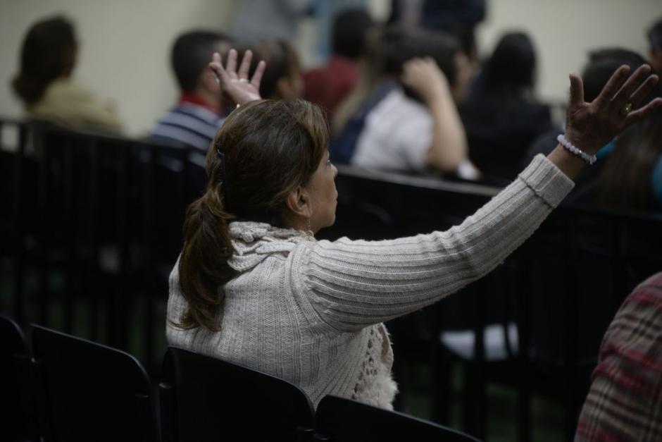 Con las manos arriba, Anabella de León agradeció la decisión del tribunal. (Foto: Anabella de León/Soy502)