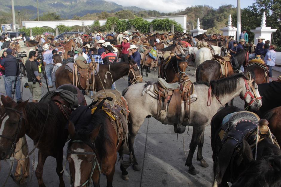 Antes de ingresar a Esquipulas, se reúnen en El Mirador para entrar en grupo compacto. (Foto: Fredy Hernández/Soy502)