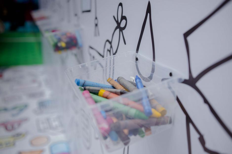 Esta es una de las áreas para colorear con crayones de cera las paredes en blanco y negro. (Foto: Victor Xiloj/Soy502)