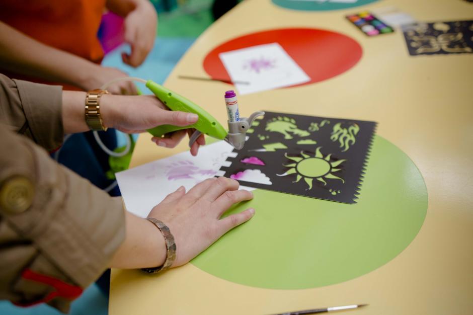 El espacio de pintura con acuarela se convierte en spray Paint. (Foto: Victor Xiloj/Soy502)