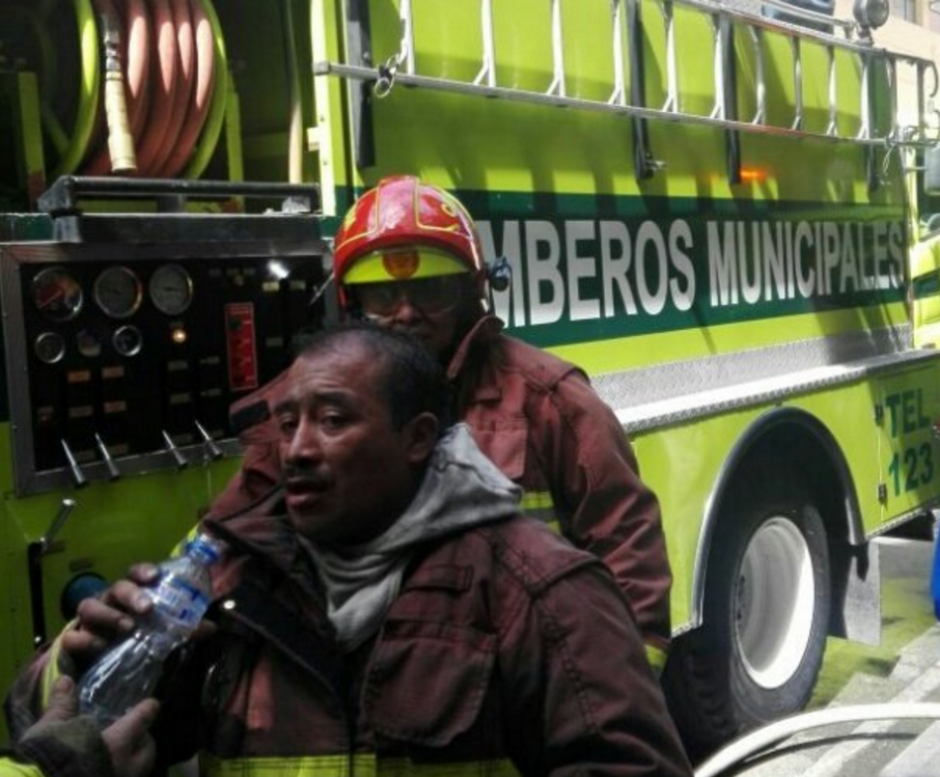La ardua labor de los paramédicos. (Foto: Bomberos Municipales)