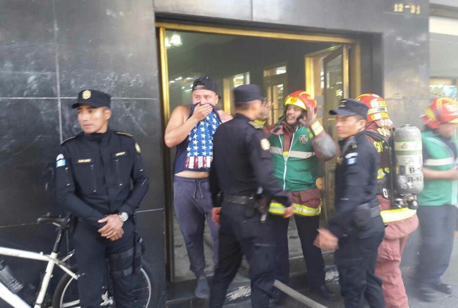 Del edificio fueron evacuadas varias personas. (Foto: PNC)