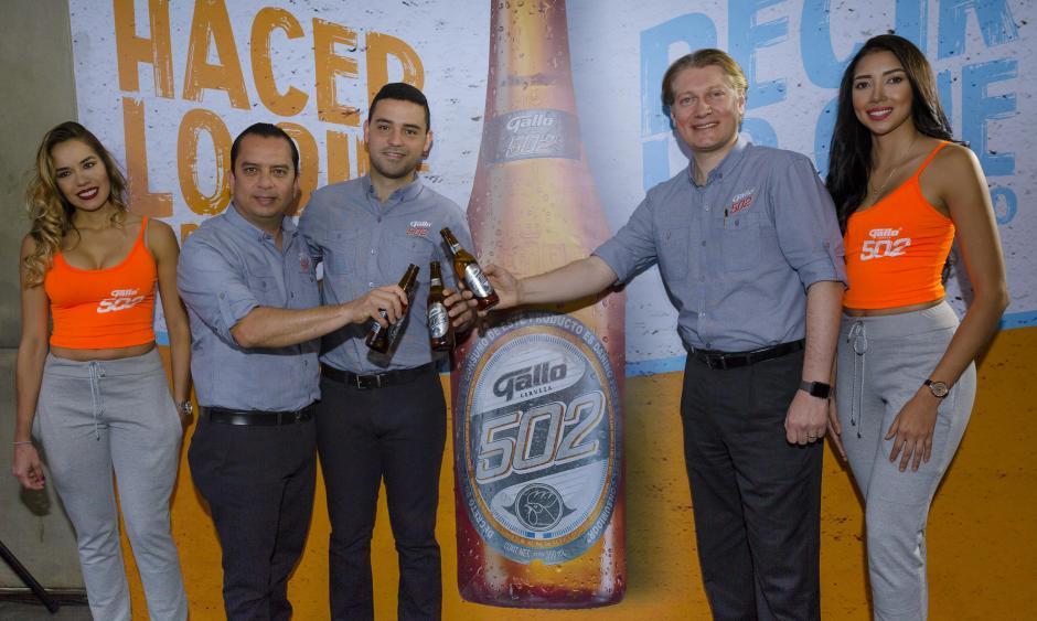 El equipo de Cervecería Gallo presentó orgullosamente la nueva cerveza. (Foto: George Rojas/Soy502)